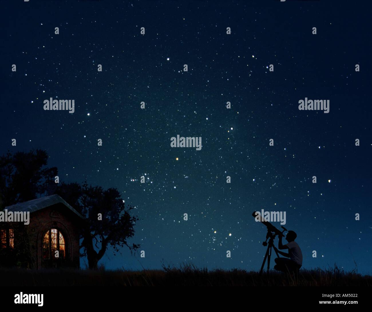 Uomo con telescopio a guardare le stelle di notte nel suo cortile Immagini Stock