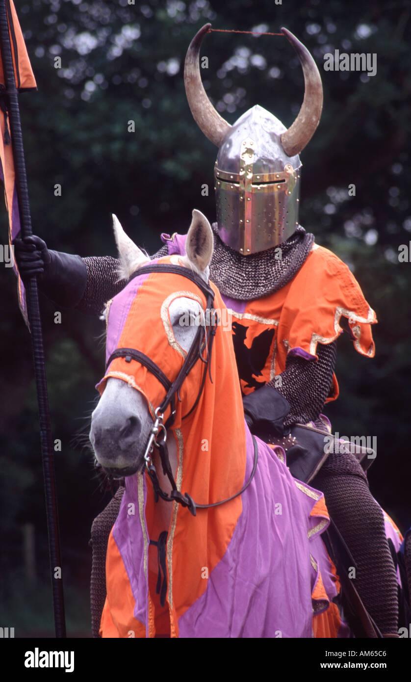 Giostra medievale torneo ri emanazione cavaliere a cavallo al Caerlaverock Castle vicino a Dumfries Scozia UK Immagini Stock