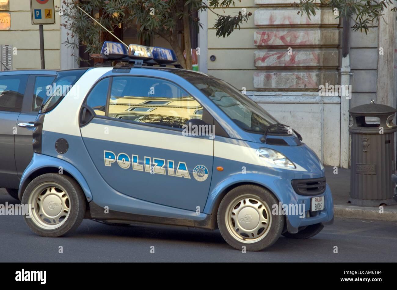 Una piccola smart auto usate dalle forze di polizia in - Auto usate porta portese roma ...
