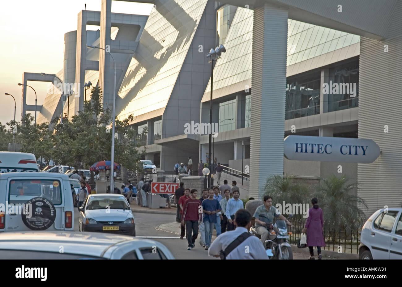 I lavoratori in uscita del Gateway Cyber edificio dopo una lunga giornata di lavoro, foto scattata in Hyderabad's Cyberabad, India. Immagini Stock