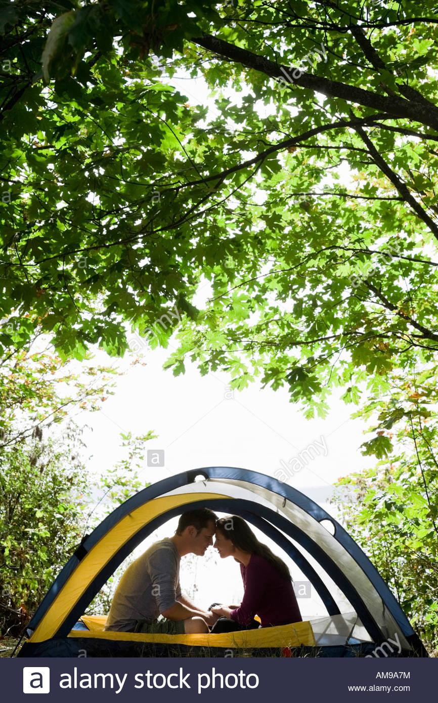 Giovane seduto in tenda Immagini Stock
