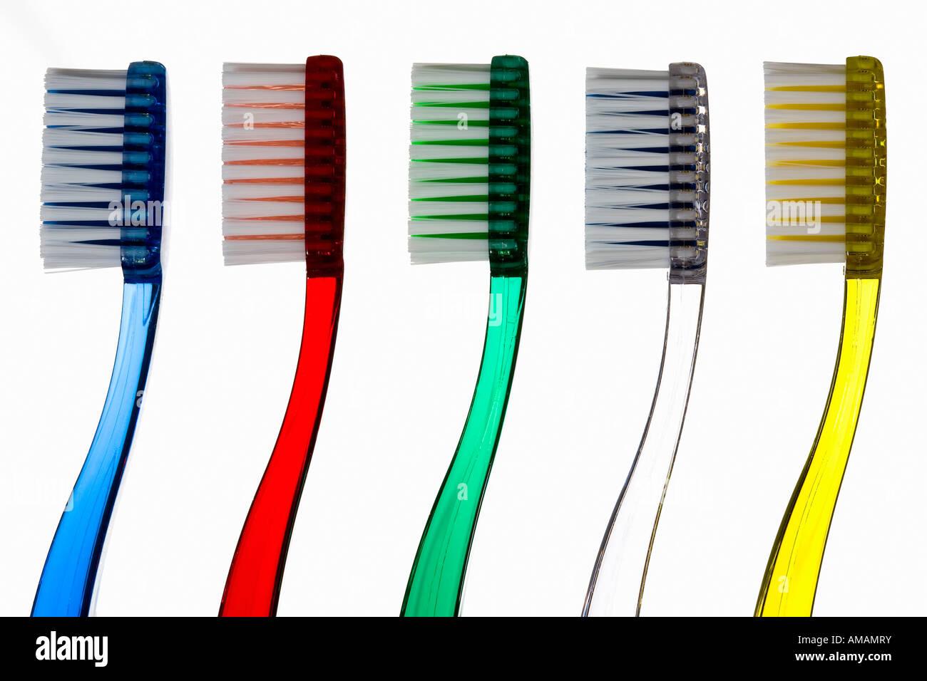 Gli spazzolini da denti in una riga Immagini Stock