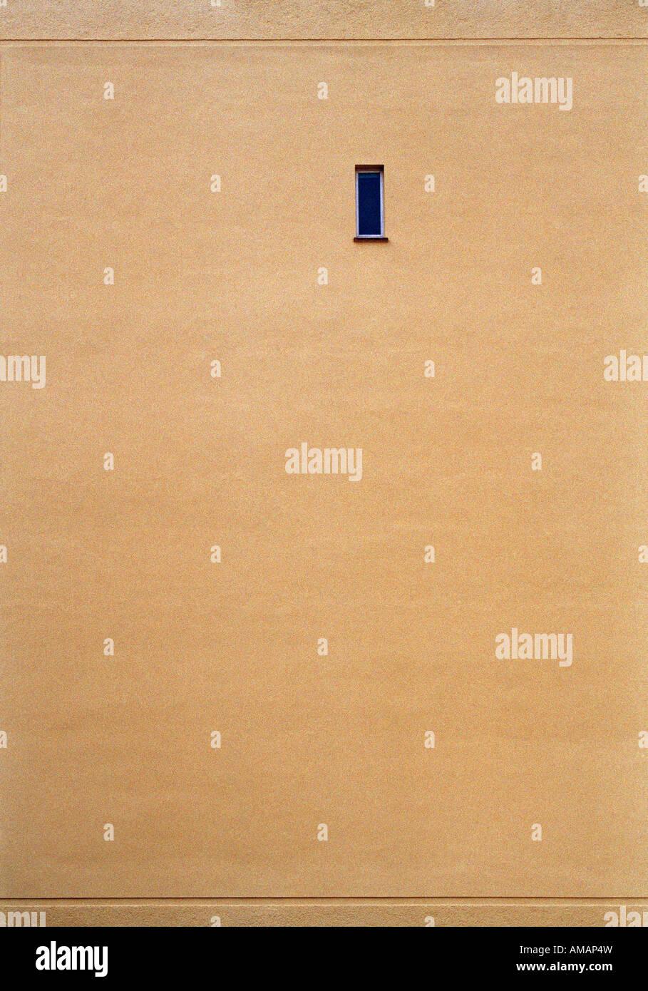 Finestra stretta su un muro beige Immagini Stock