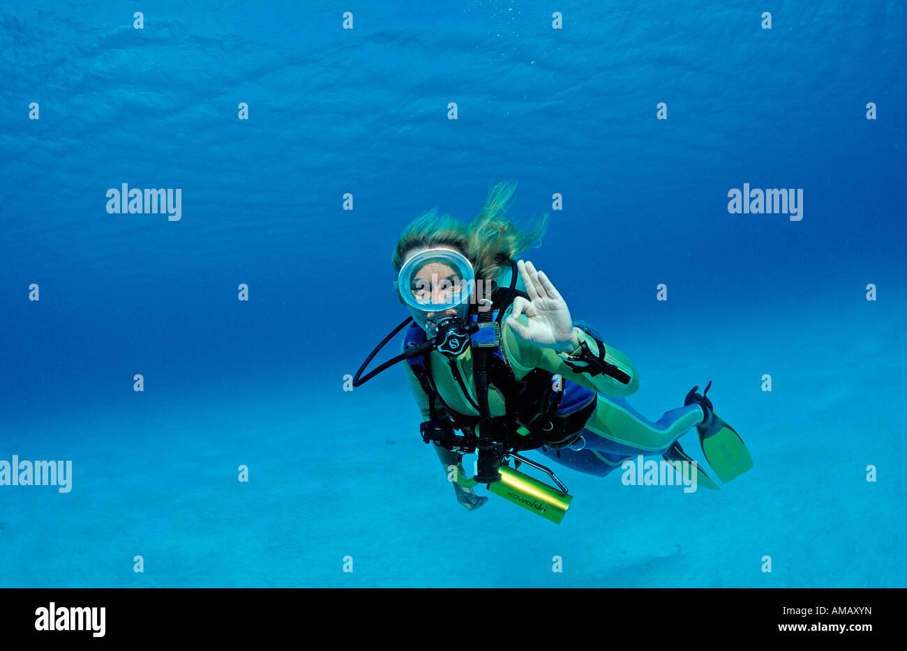 Scuba Diver mostra o segnale K Antille Olandesi Bonaire Mar dei Caraibi Immagini Stock