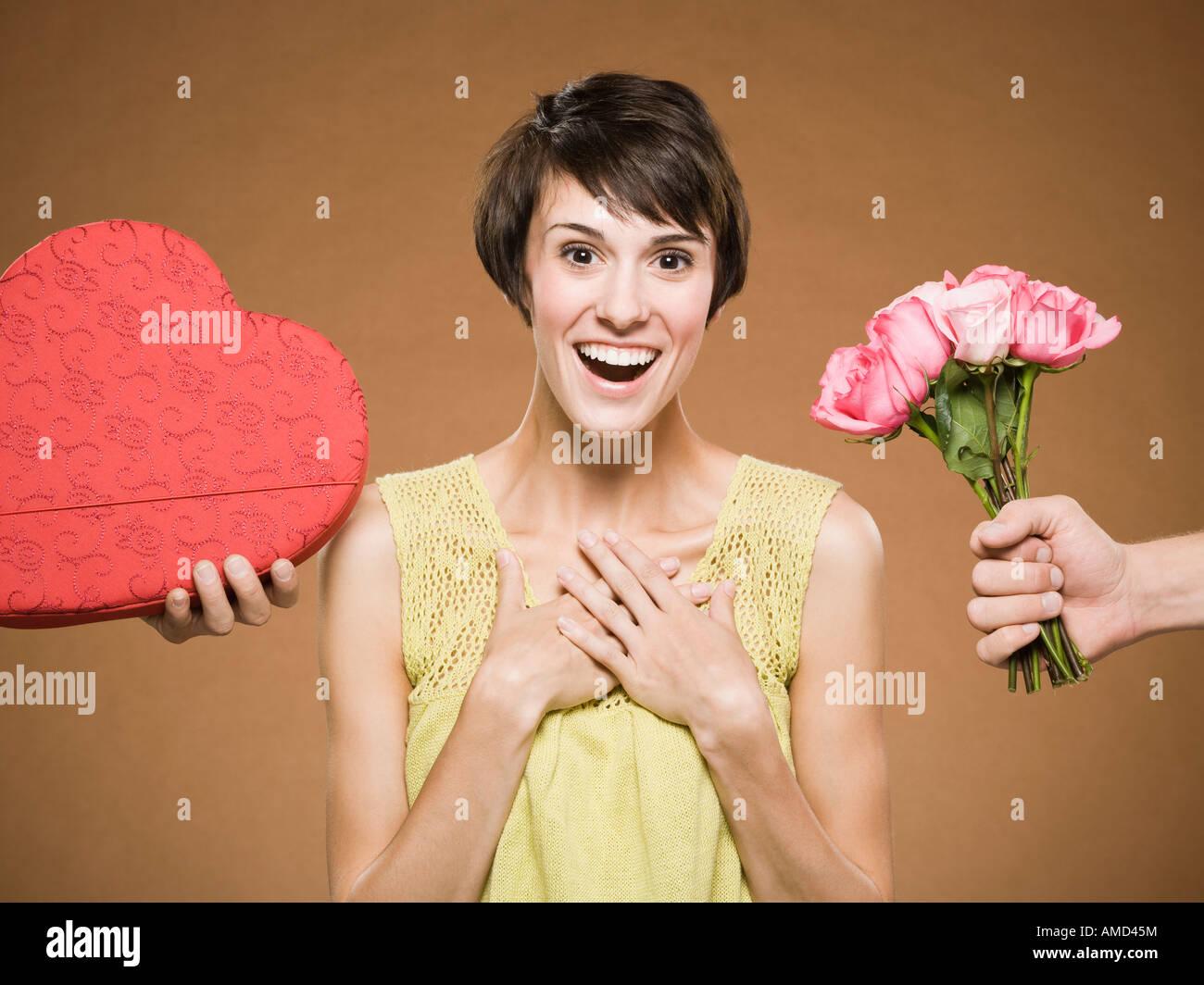 Donna con due uomini dando presenta Foto Stock
