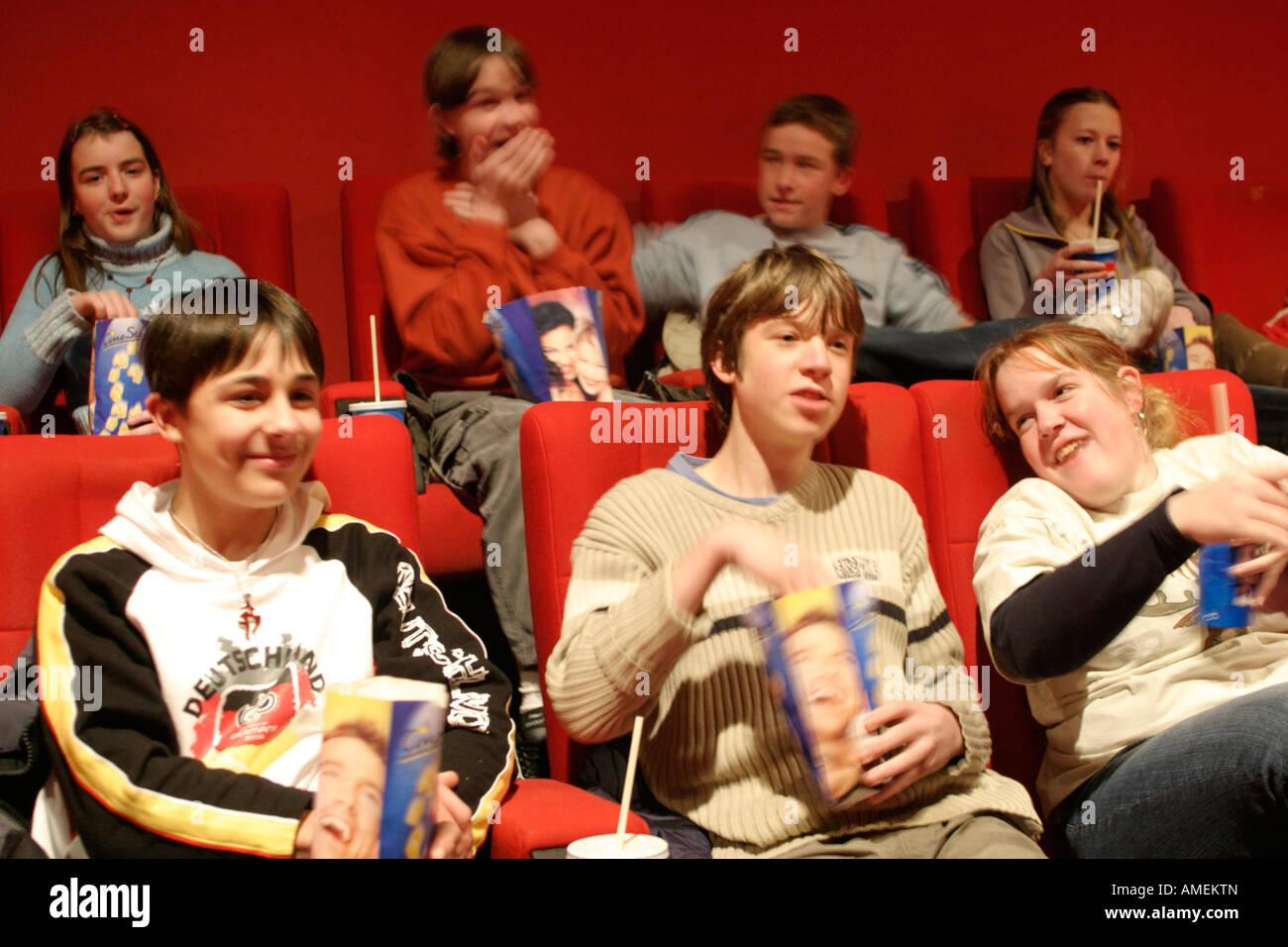 Gli adolescenti guardando un film al cinema Immagini Stock