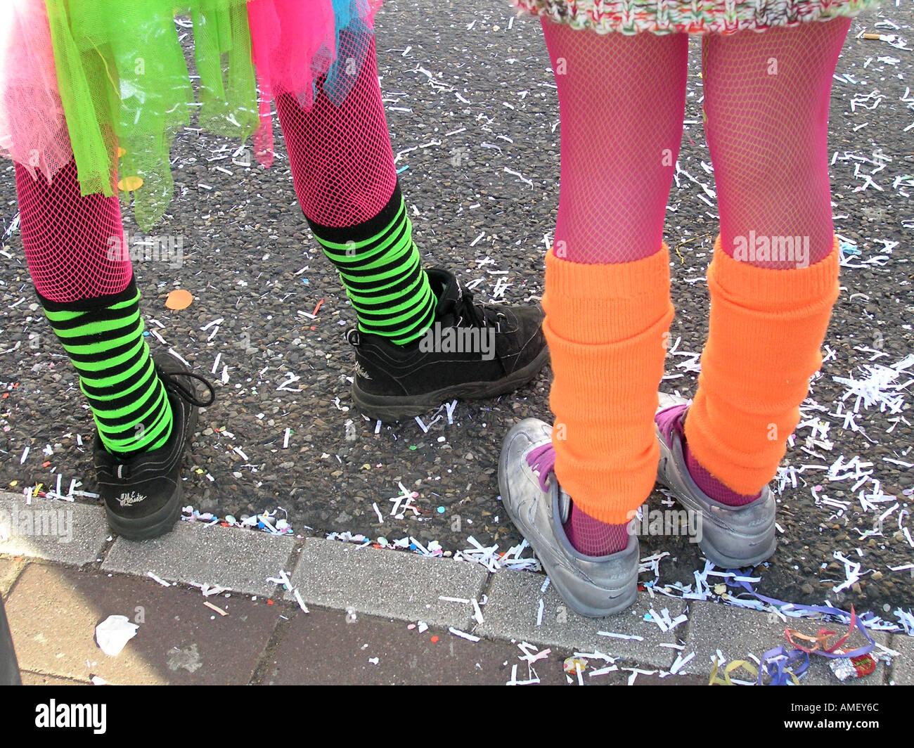 Calzature di fantasia su due ragazze adolescenti Foto   Immagine ... 604cd7e5e68