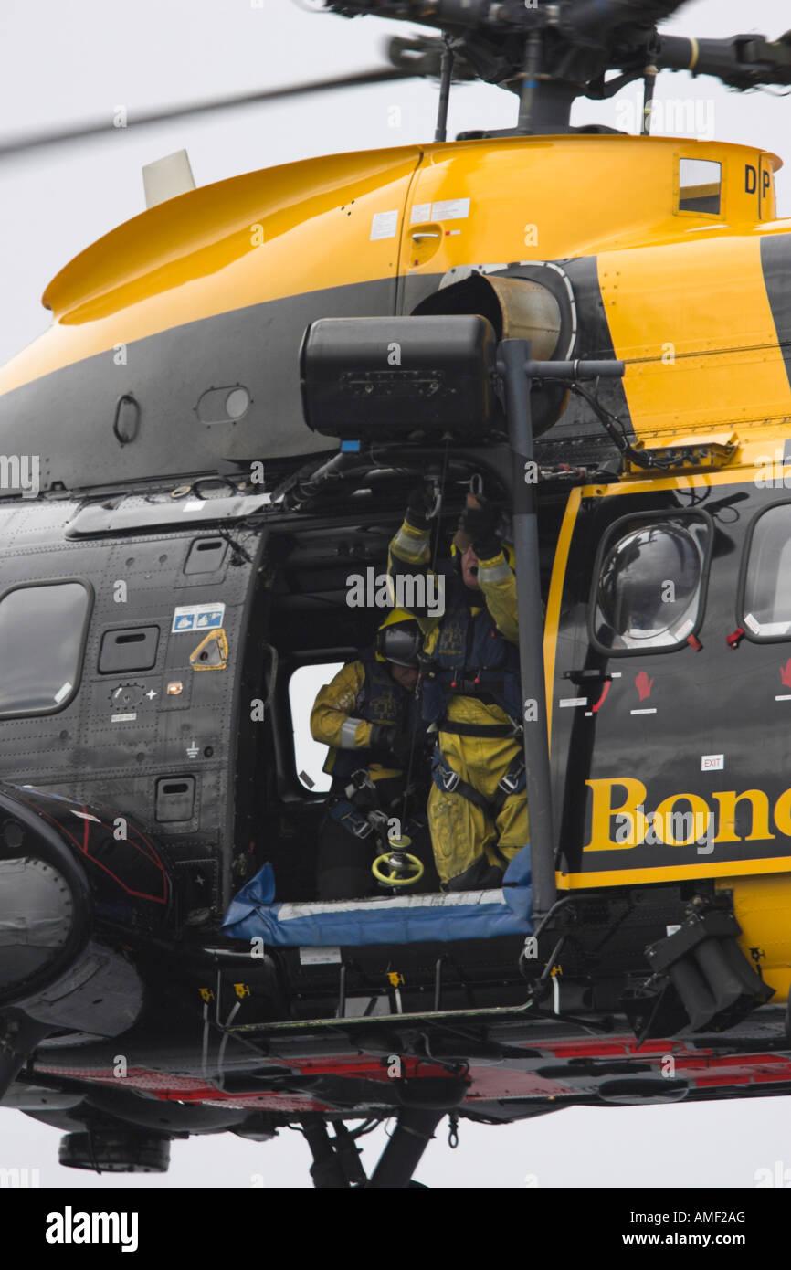 Bond Air Sea Rescue Puma pratiche in elicottero sul sondaggio vessal mare Profiler Foto Stock