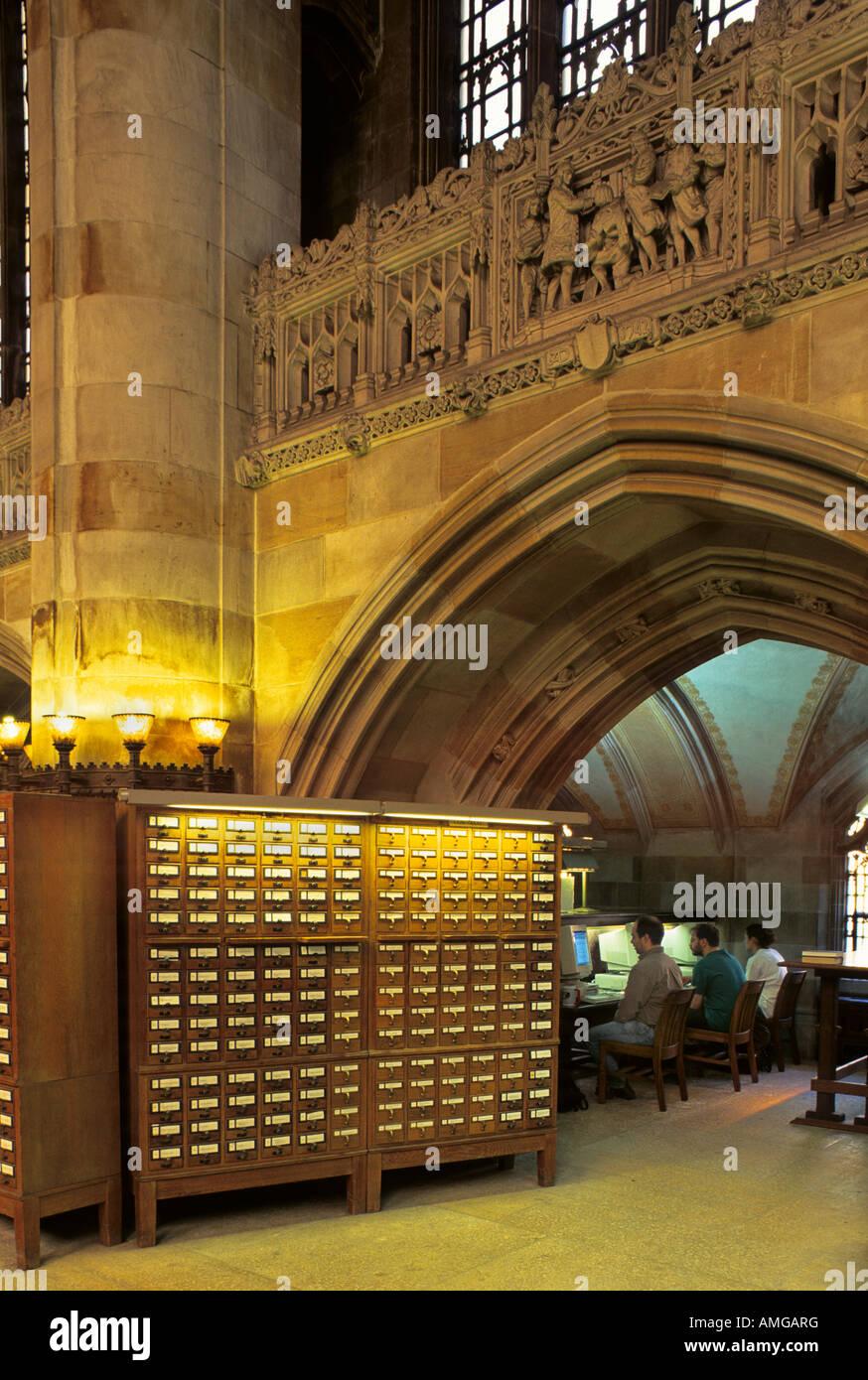 Università di Yale Sterling Memorial Library ha sia una scheda di catalogo e il sistema computerizzato per Immagini Stock