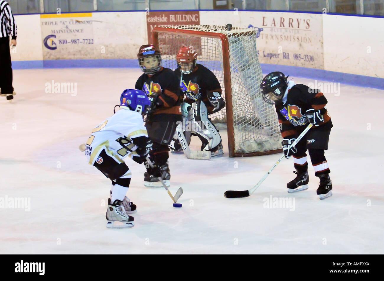 Hockey su ghiaccio giocata da 7 anno old boys Immagini Stock