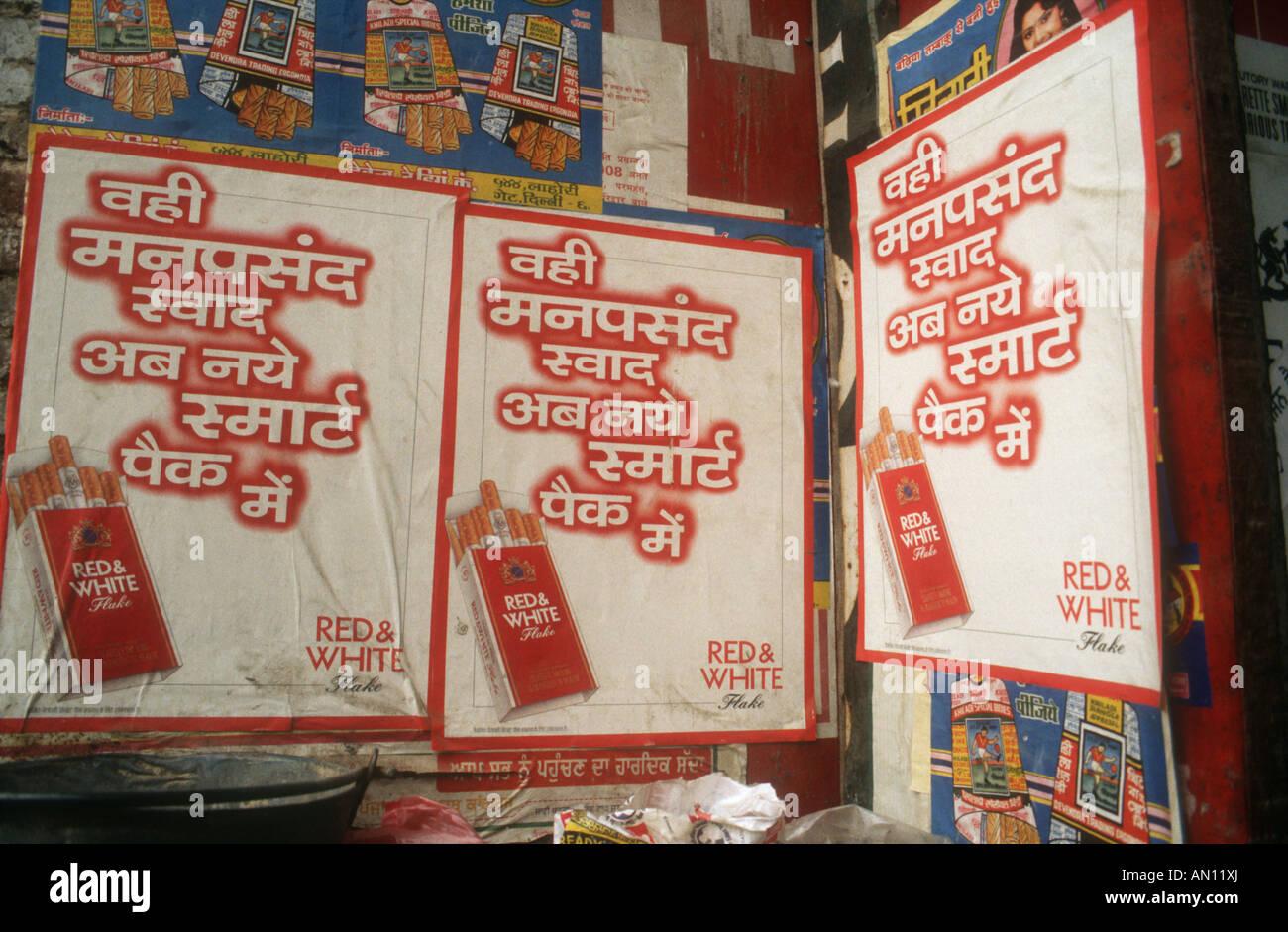 La pubblicità di sigarette in India per il nome della marca in rosso e bianco a scaglie. Immagini Stock