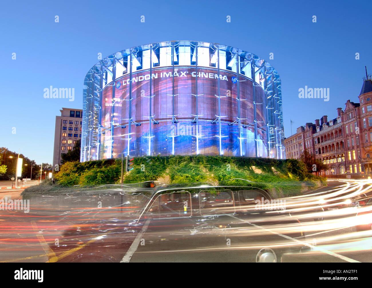 Londra il cinema IMAX e il traffico passante al crepuscolo. Immagini Stock
