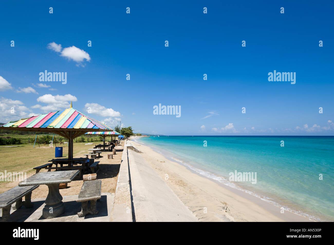 Area Picnic in Runaway Bay Beach, costa Nord, in Giamaica, Caraibi, West Indies Immagini Stock