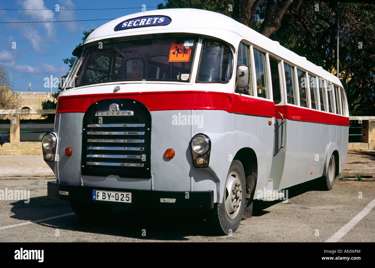 Ott 9, 2007 - Old Bedford school bus presso il terminal degli autobus di Victoria sull'isola Maltese di Gozo. Immagini Stock