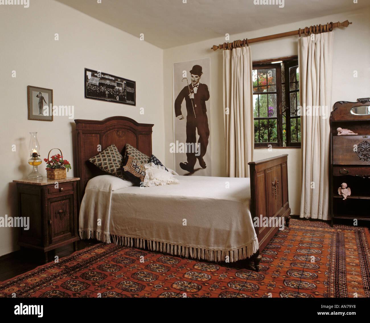 Camera da letto con mobili antichi di legno comprendente un ...