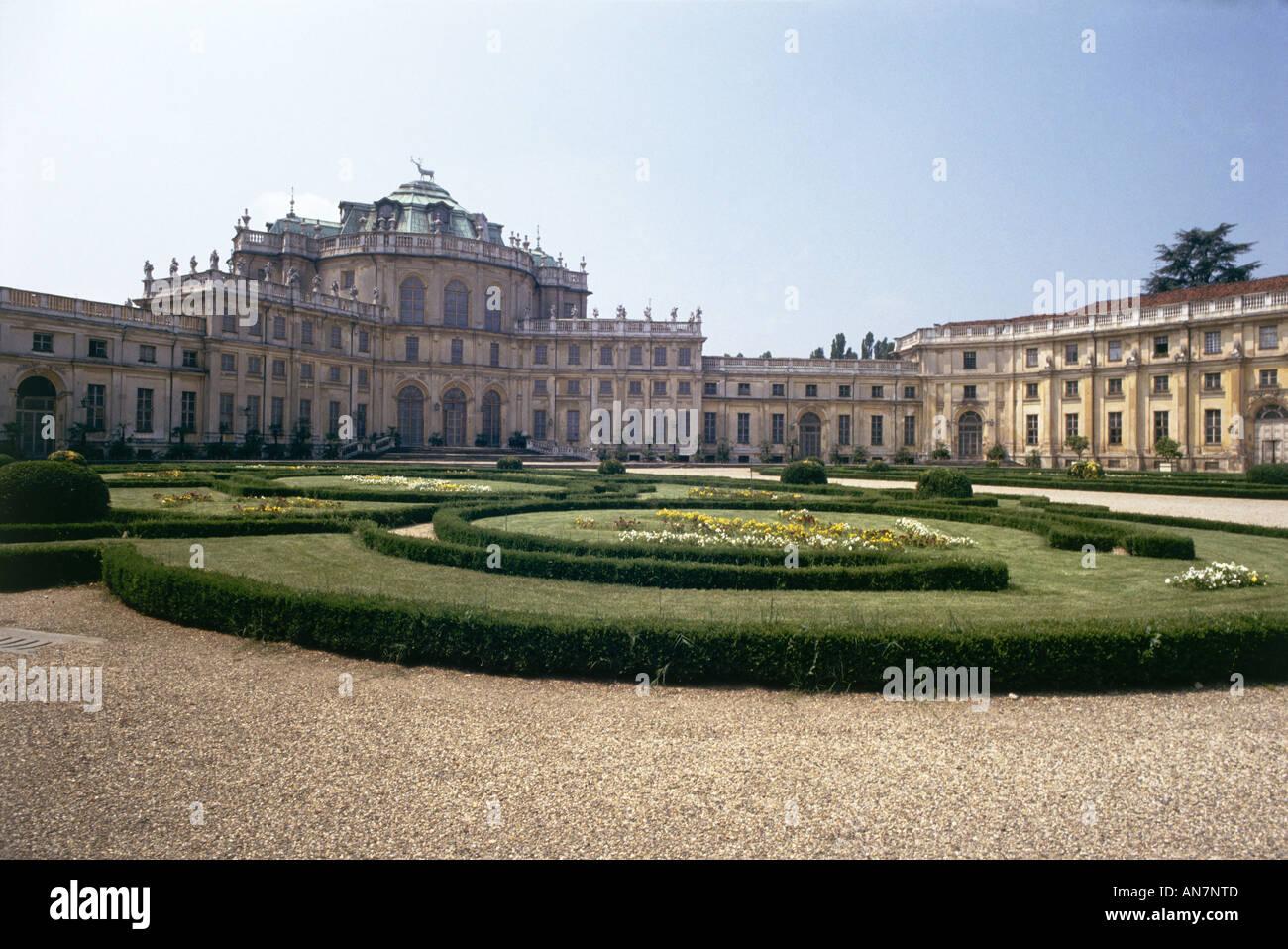 Giardini formali che circonda il rococò Villa Reale di Stupinigi ...