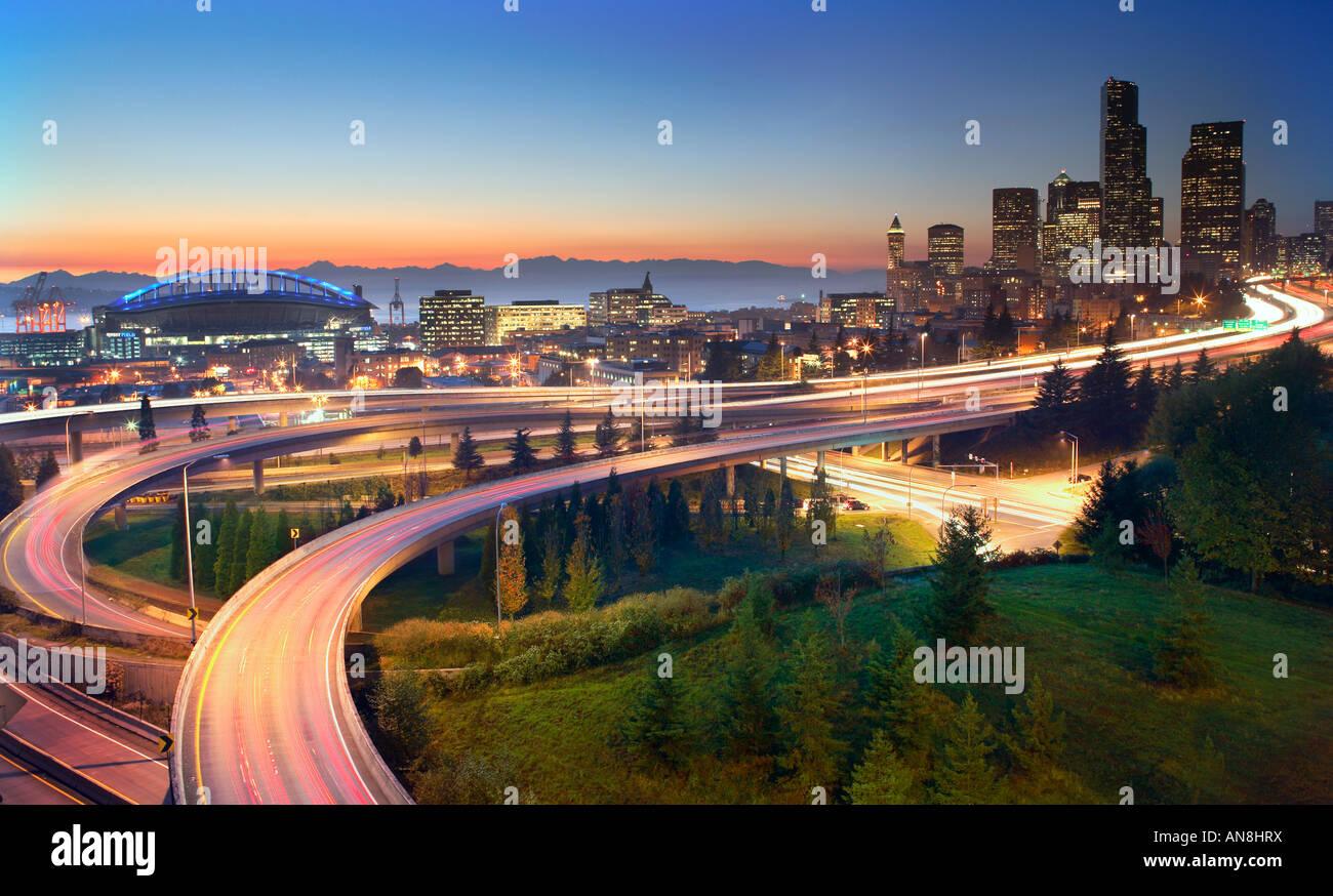 Le superstrade che conduce al centro di Seattle al tramonto Immagini Stock