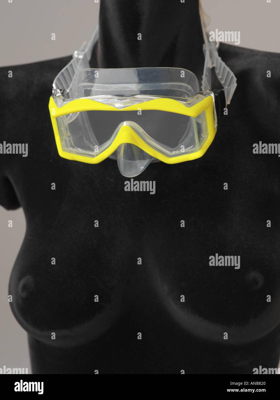 Lo snorkeling e le immersioni con scuba mask con accento Giallo su nero forma femminile Immagini Stock
