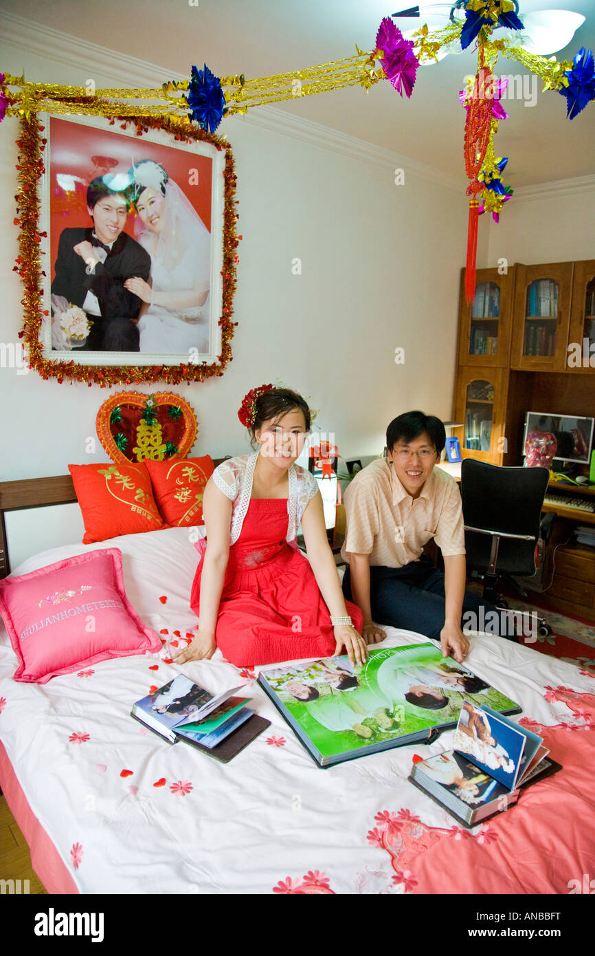 Sposi Coppia Cinese Nella Loro Camera Da Letto Guardando Wedding Album Fotografico Jmh2933 Foto Stock Alamy