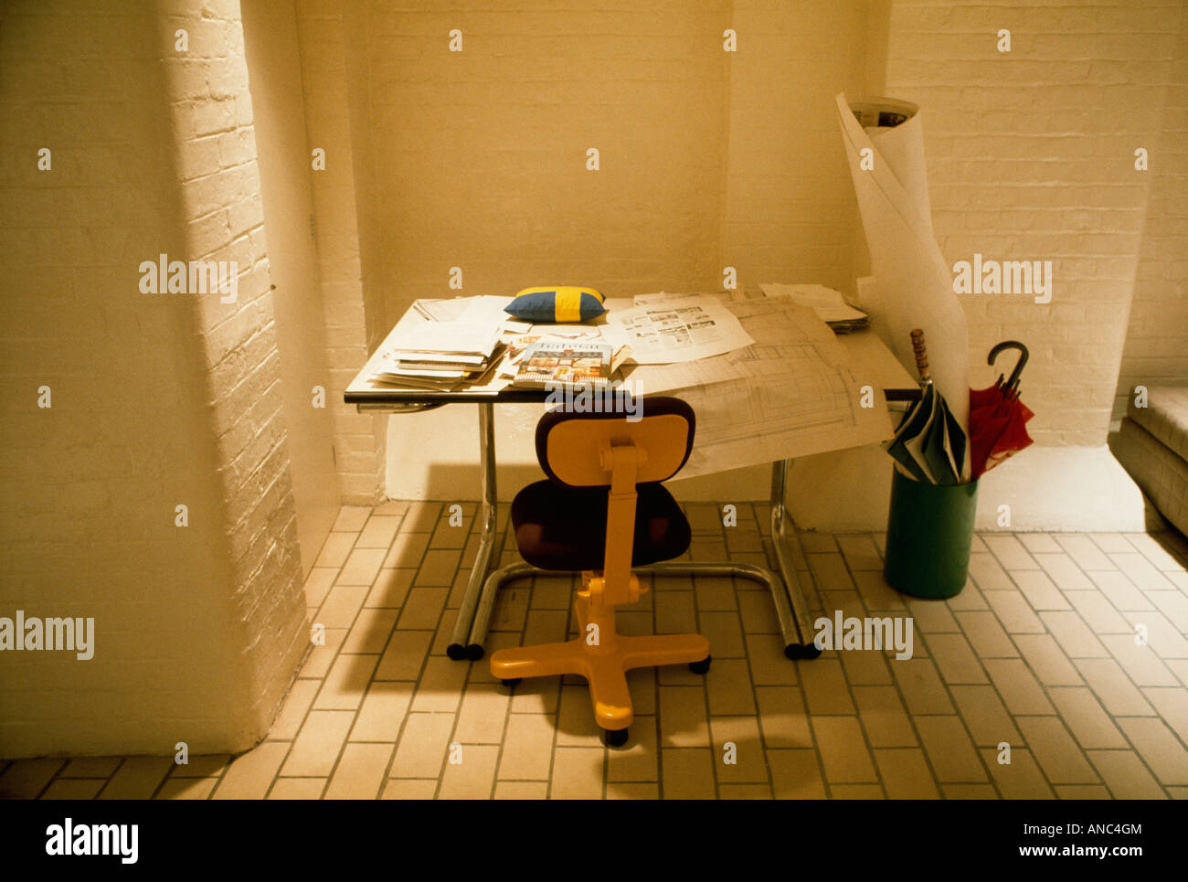 Giallo sedia da ufficio e architetti tavolo da disegno in sessanta