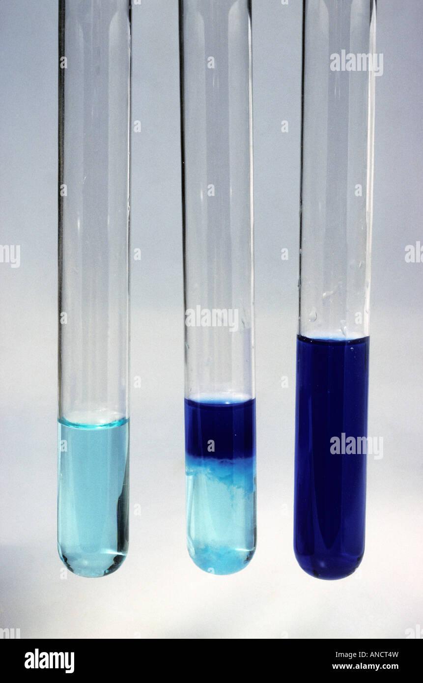 Aggiunta di NH4OH di idrossido di ammonio di CuSO4 Rame II solfato per dare come resa Cu OH 2 in rame II idrossido Immagini Stock