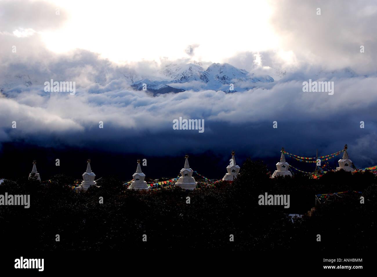 Una fila di stupa vicino al cosiddetto 'Shangri la ', Yunnan,Cina Immagini Stock