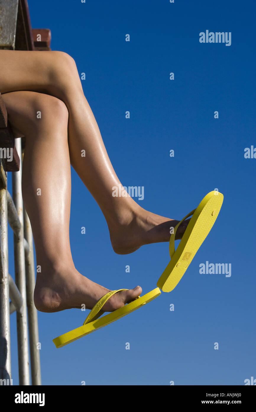 Il piede femminile in flip flop Immagini Stock