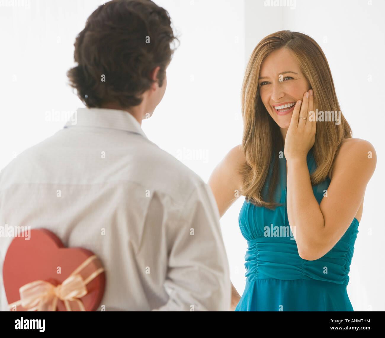 L'uomo sorprendente moglie con il giorno di san valentino dono Foto Stock