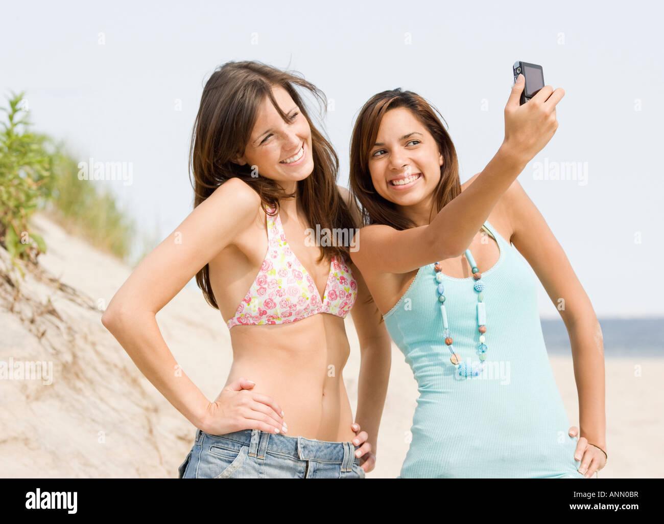 Giovani donne tenendo proprio fotografia Immagini Stock
