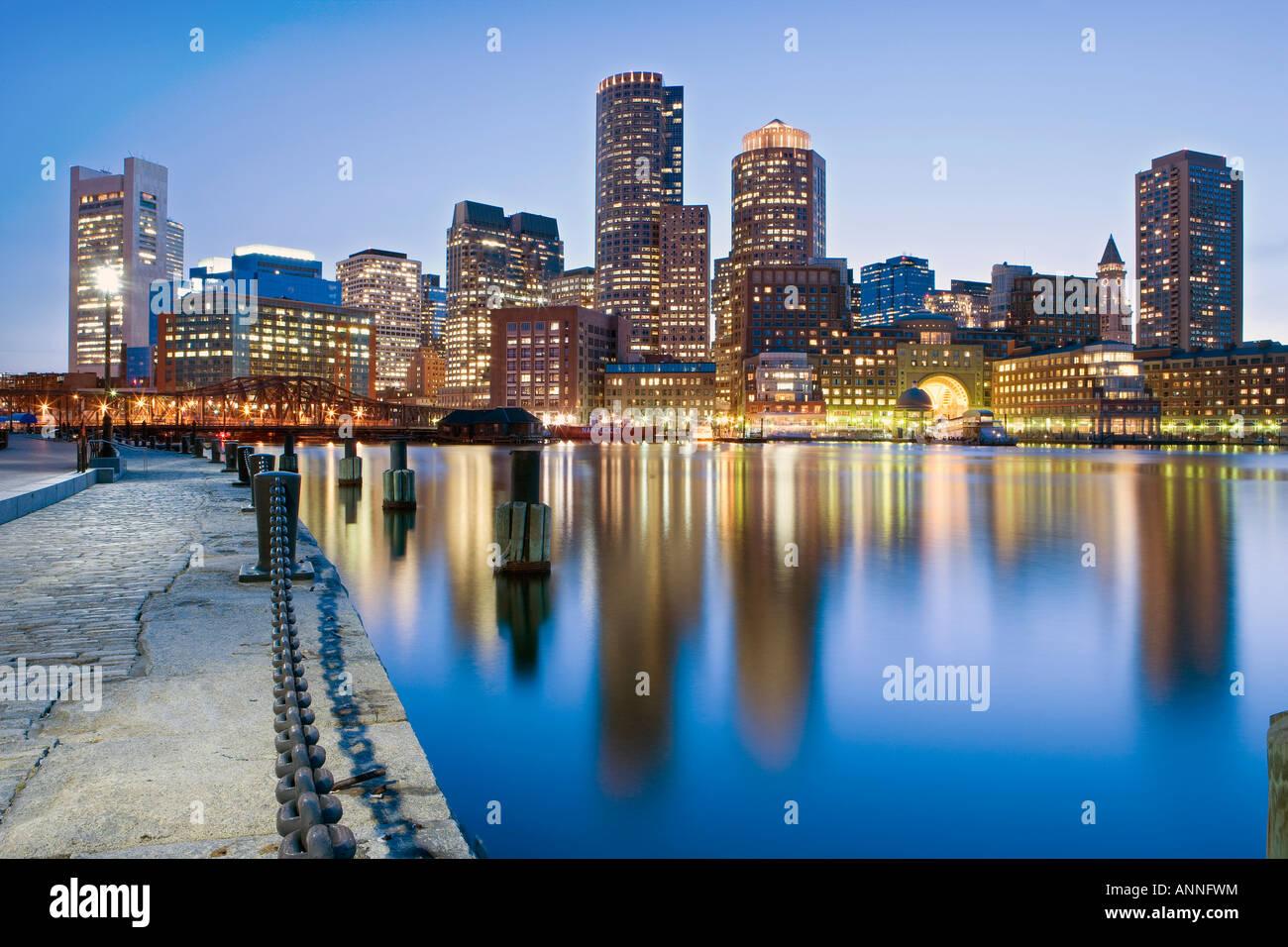 Stati Uniti Boston Massachusetts Boston skyline finanziari visto dal molo della ventola Immagini Stock