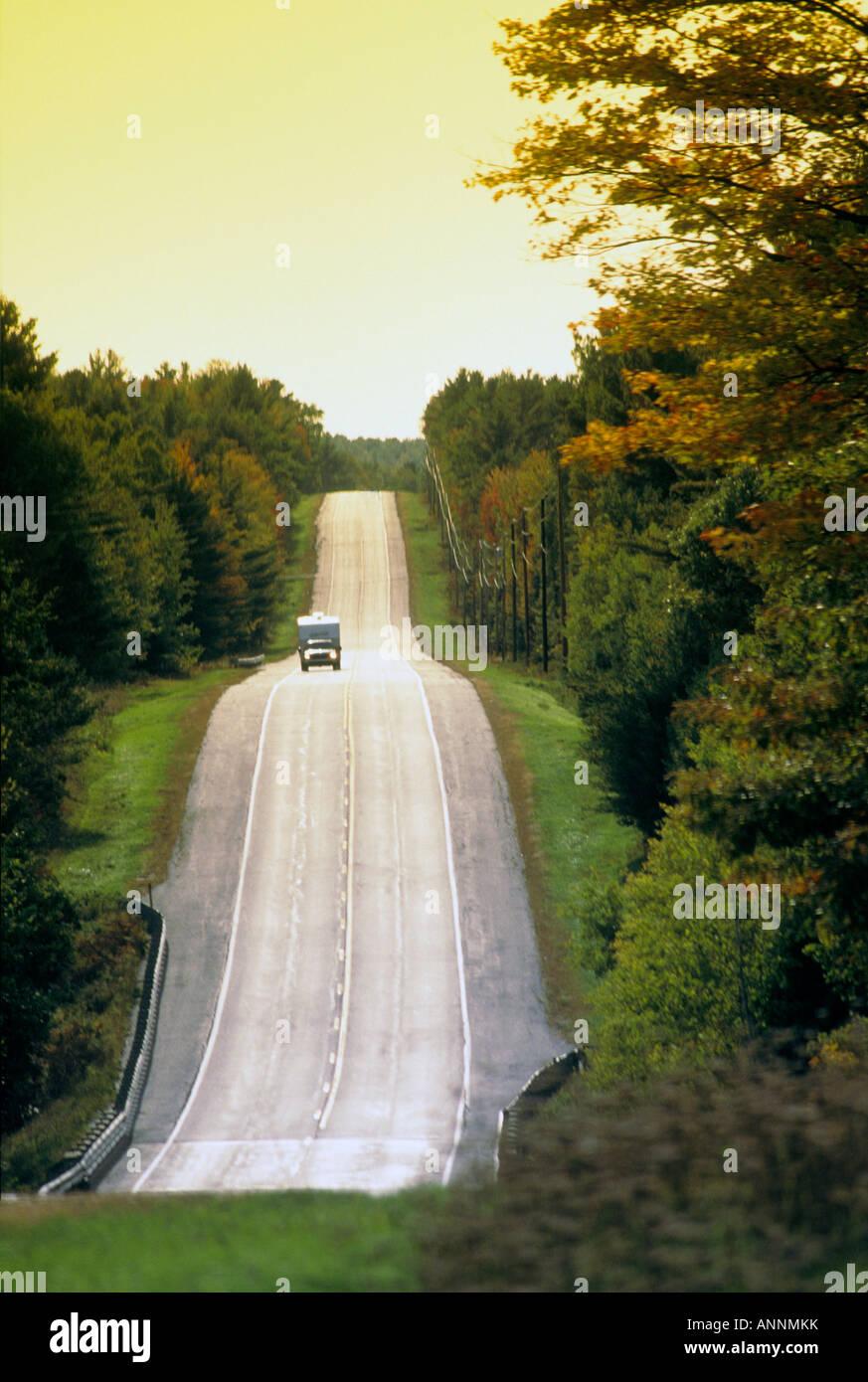 Raccoglitore con camper su Maine Highway 2, al di fuori di Farmington, Maine, Stati Uniti d'America. Immagini Stock