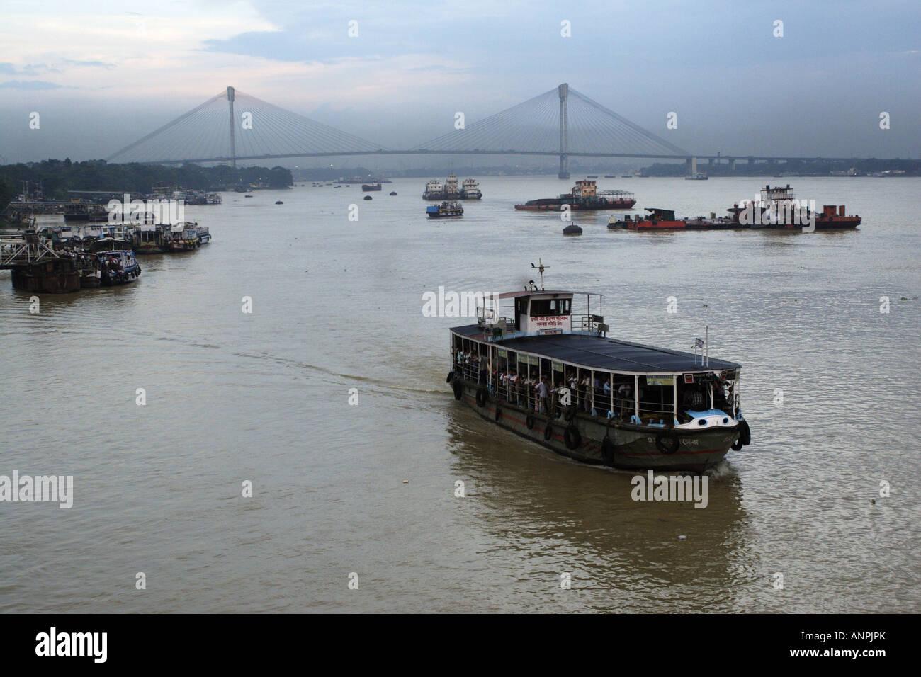 Una barca che porta i turisti in un viaggio lungo il Fiume Hooghly. Il Vidyasagar Seta sospensione ponte sospeso Immagini Stock