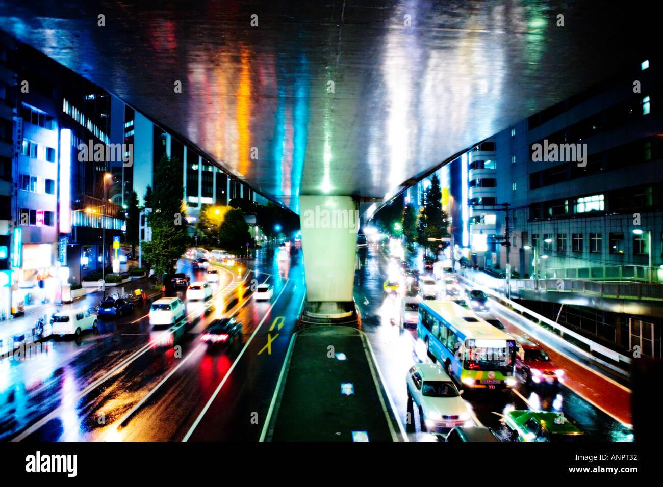 Città bagnata notte in Shibuya di Tokyo di attraversamento Immagini Stock