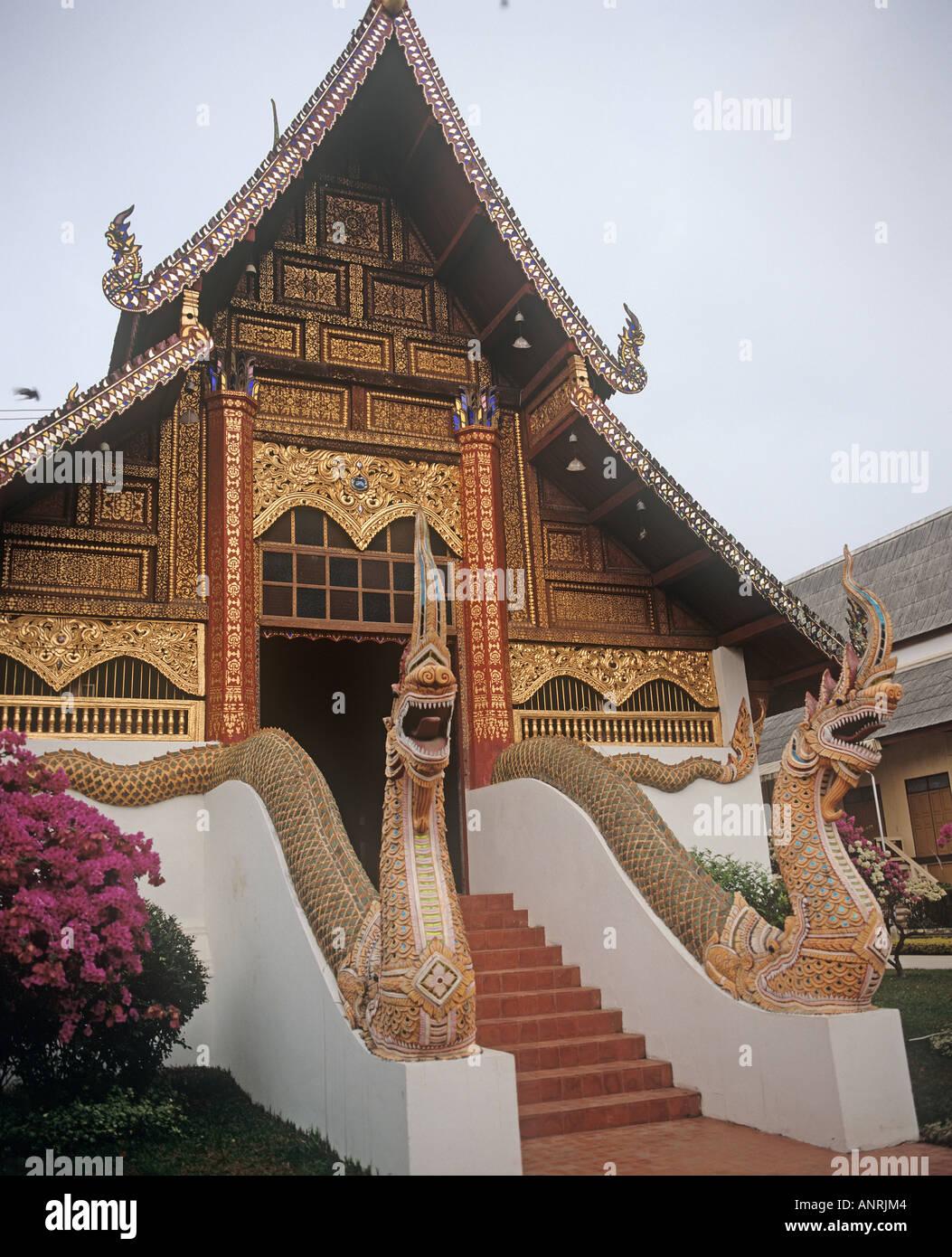 Due nagas dragon intitolata serpenti guardia del tempio di Wat Phra Kaeo lo stupa di cui nel 1434 è stato colpito da un fulmine a rivelare il Buddha di Smeraldo che ora è in residenza in un tempio in Bankok Immagini Stock
