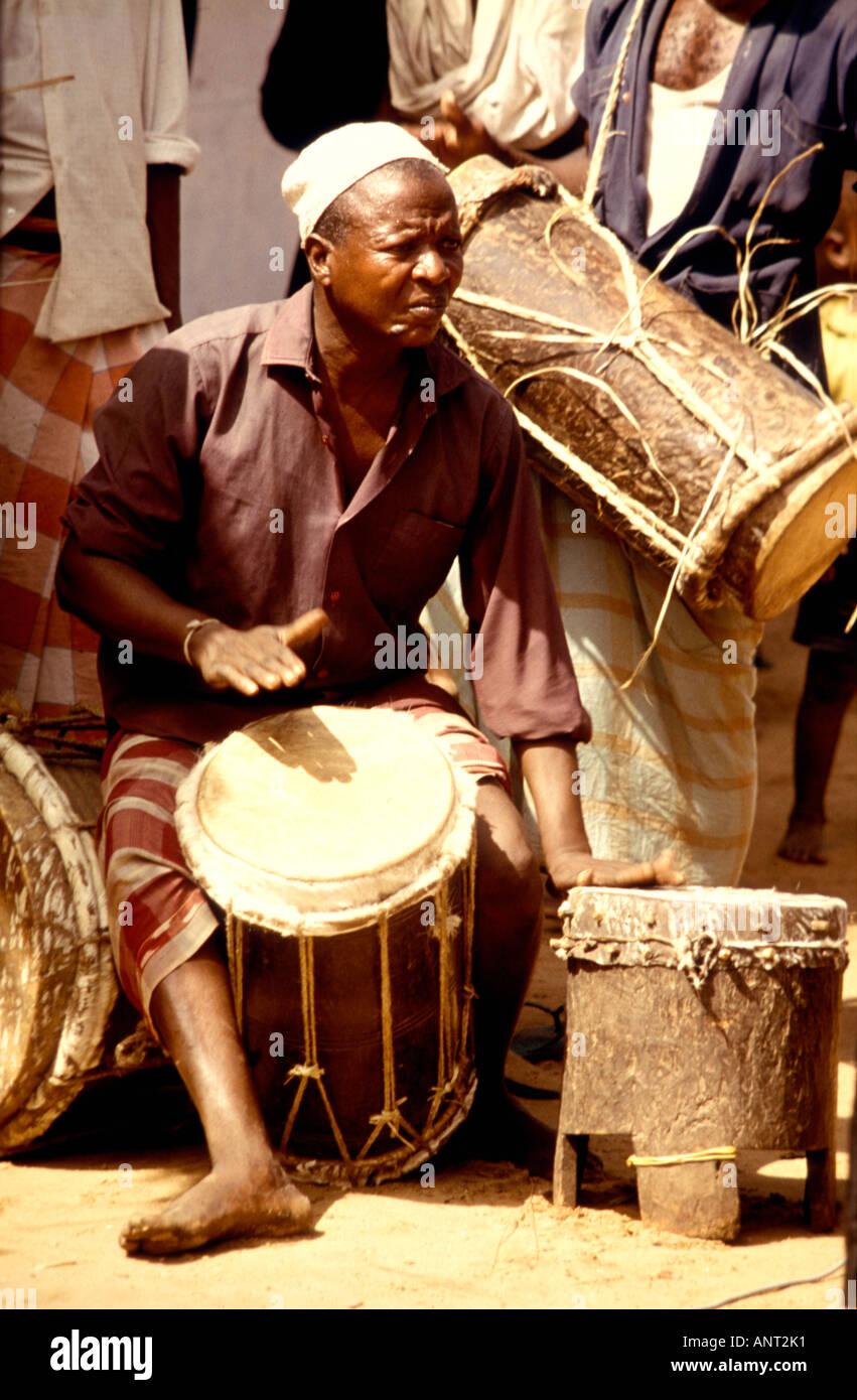Un musicista di riproduzione tradizionali mano giocata tamburi a un matrimonio in Swahili Witu in un piccolo villaggio sulla costa del Kenya Africa orientale Immagini Stock