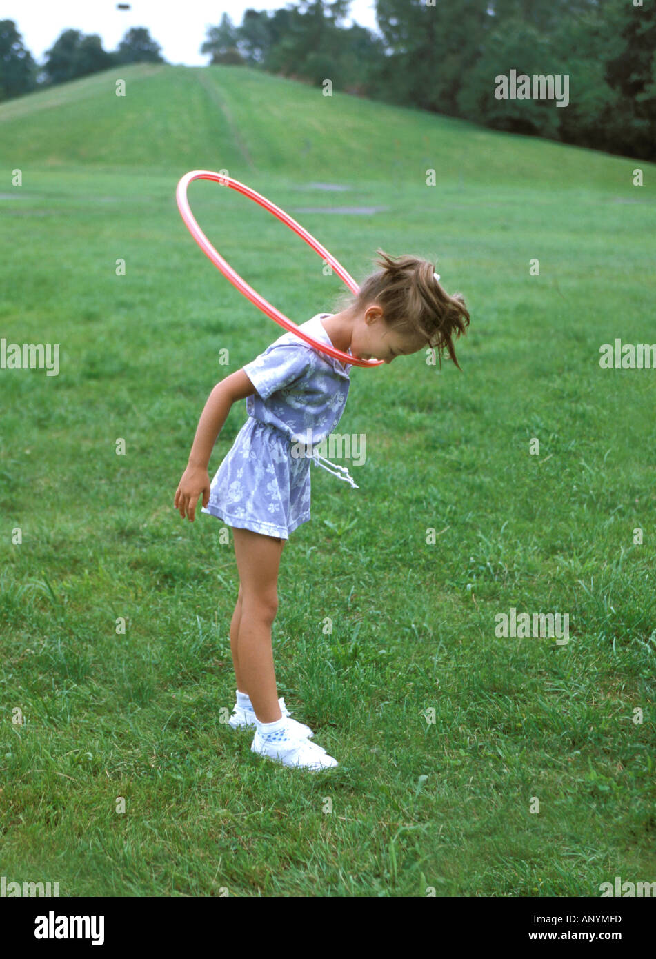 Ragazza che gioca con hula hop cerchio MR8417 Immagini Stock