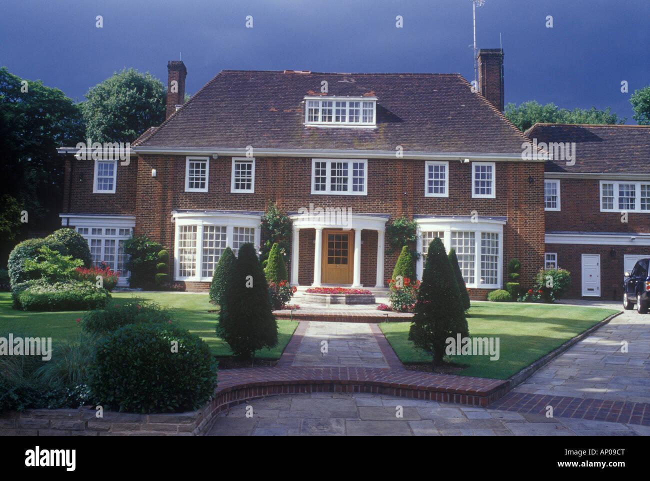 Auspicabile neo georgiano casa distaccata, Hampstead, Londra del nord REGNO UNITO visto nel passaggio di sole e ombra Foto Stock