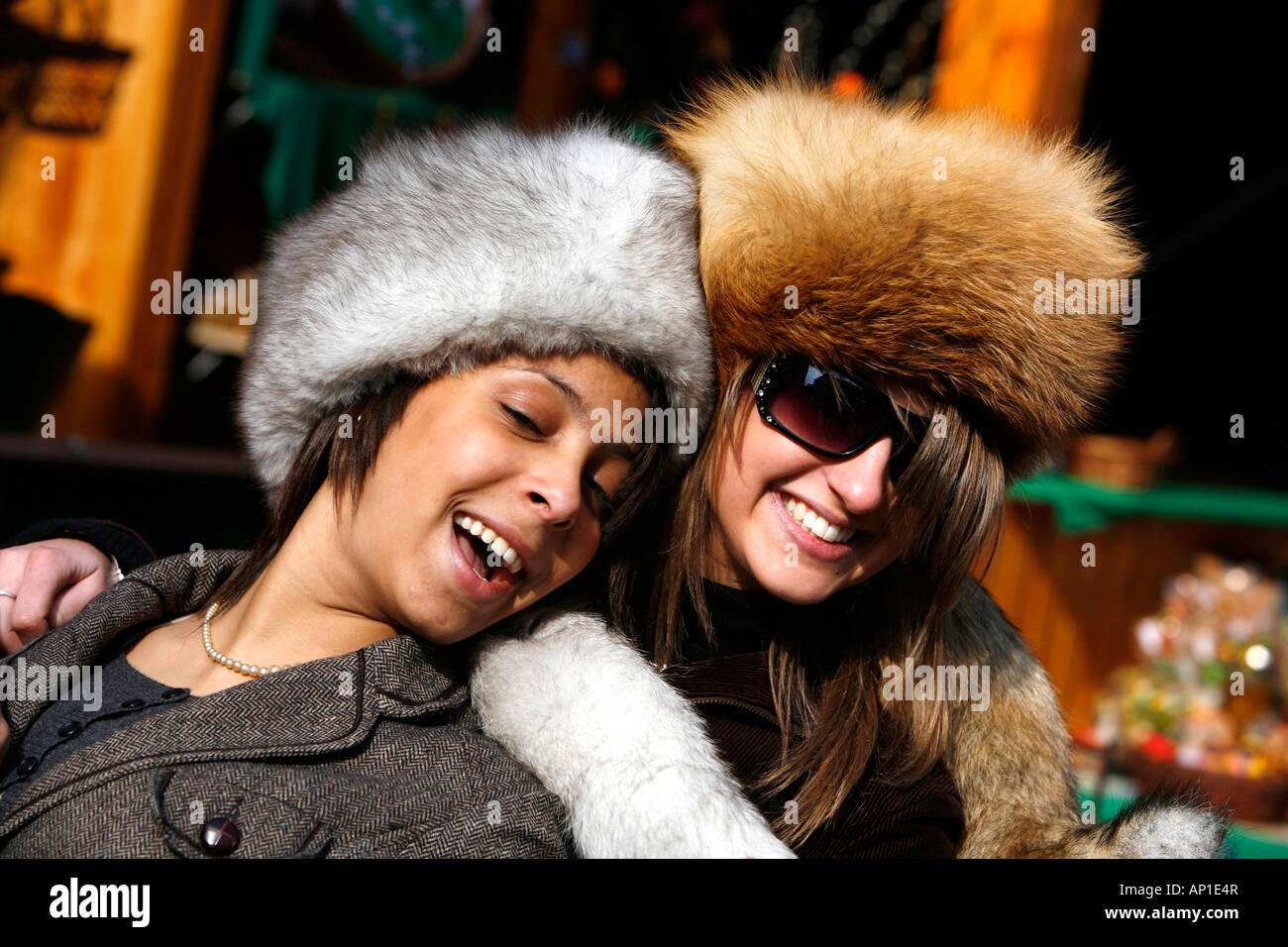 Due giovani donne di indossare cappelli cbdea49373f9