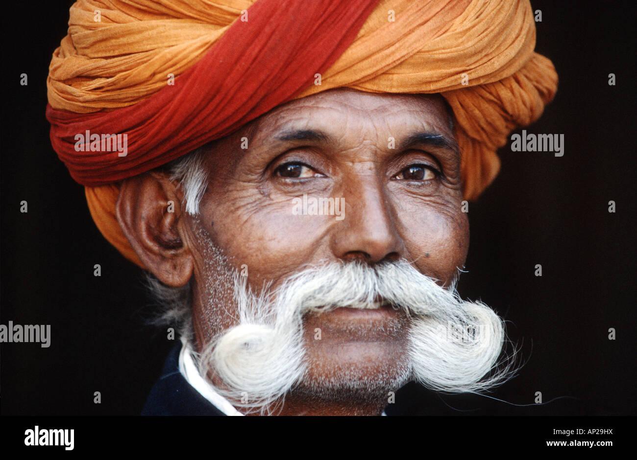 India, Rajastan: ritratto di un uomo con beart e turbante Immagini Stock