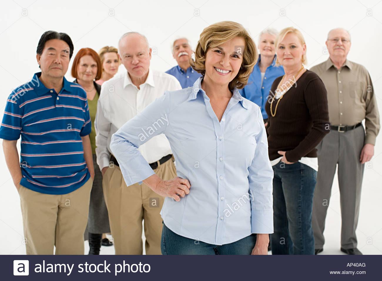 Donna di fronte alla folla Immagini Stock