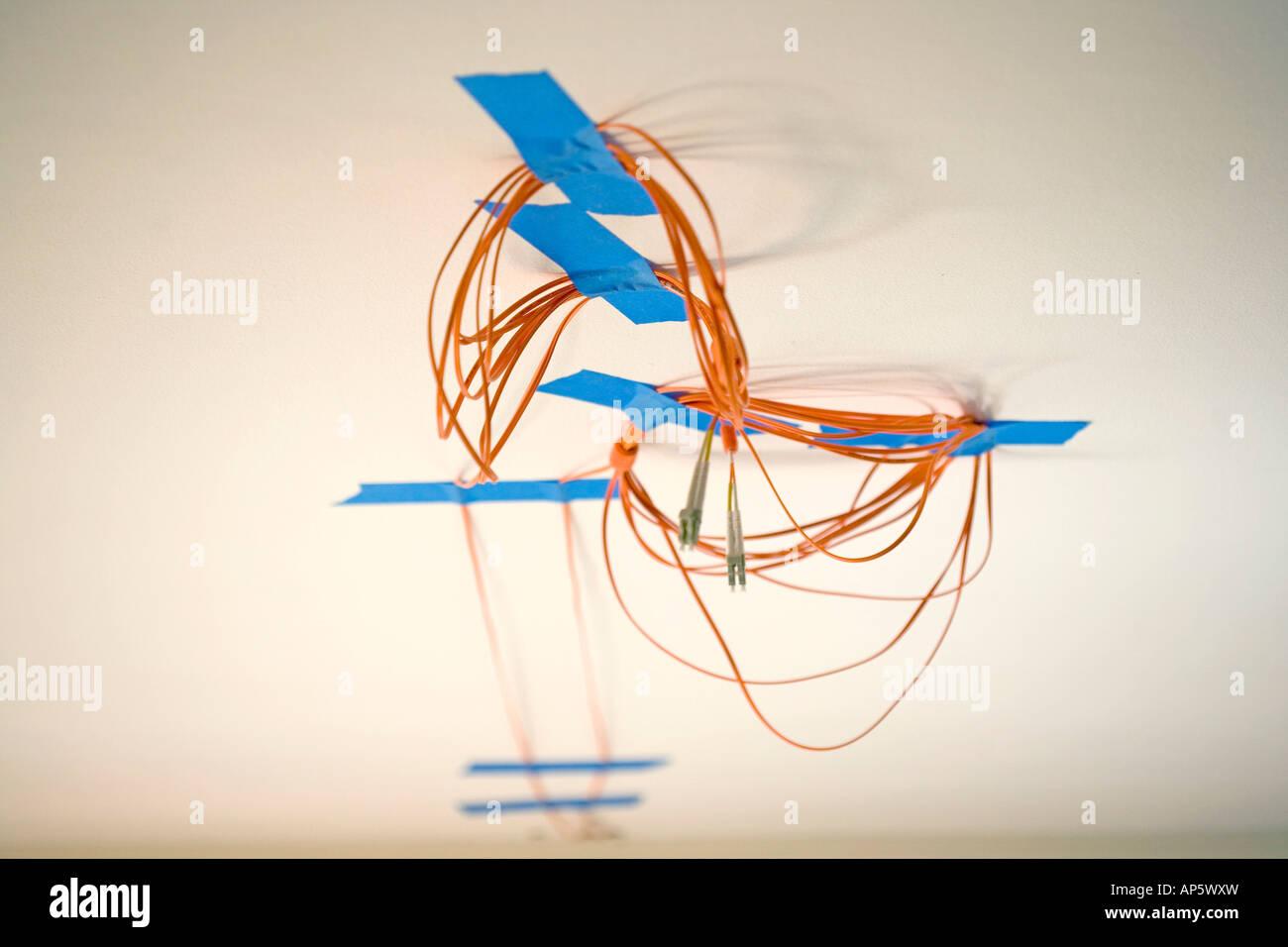 Cavo in fibra ottica internet astratto blu arancione design bianco Immagini Stock