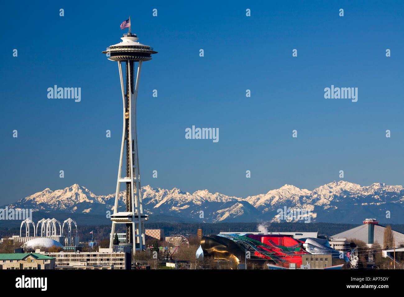 Lo Space Needle Seattle Center e montagne olimpiche in inverno Seattle Washington STATI UNITI D'AMERICA Immagini Stock