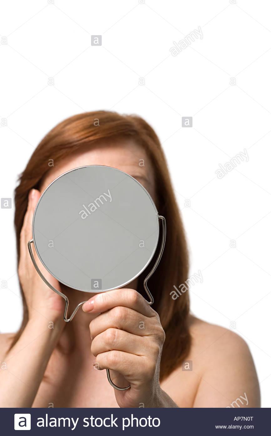 Donna matura tenendo una mano specchio Immagini Stock