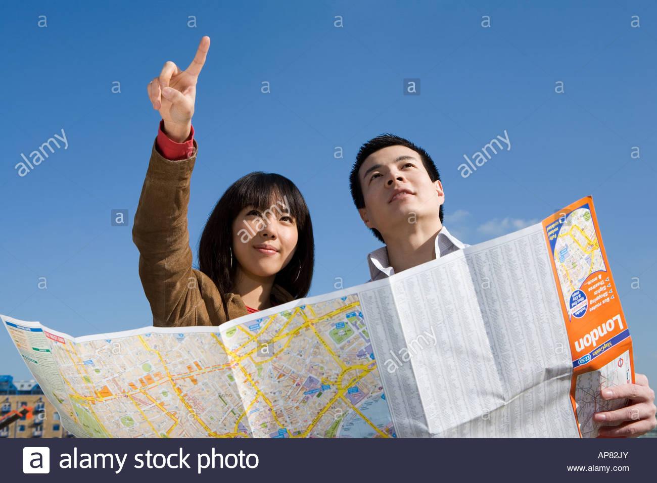 Coppie con mappa Immagini Stock