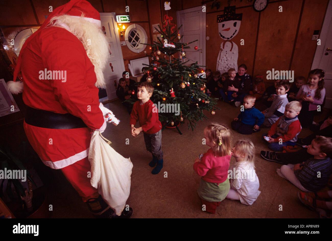 Regali Di Natale Per Bambini Asilo.L Islandese Santa O Yule Lad Offre Ai Bambini I Regali Di Natale In