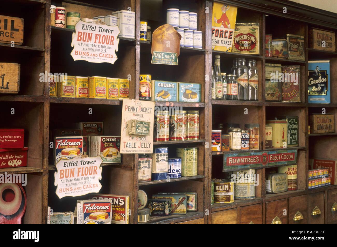 Museo della Vita Lincolnshire Victorian Fruttivendolo vecchio pakaging scaffalature in legno vasi bottiglie Immagini Stock