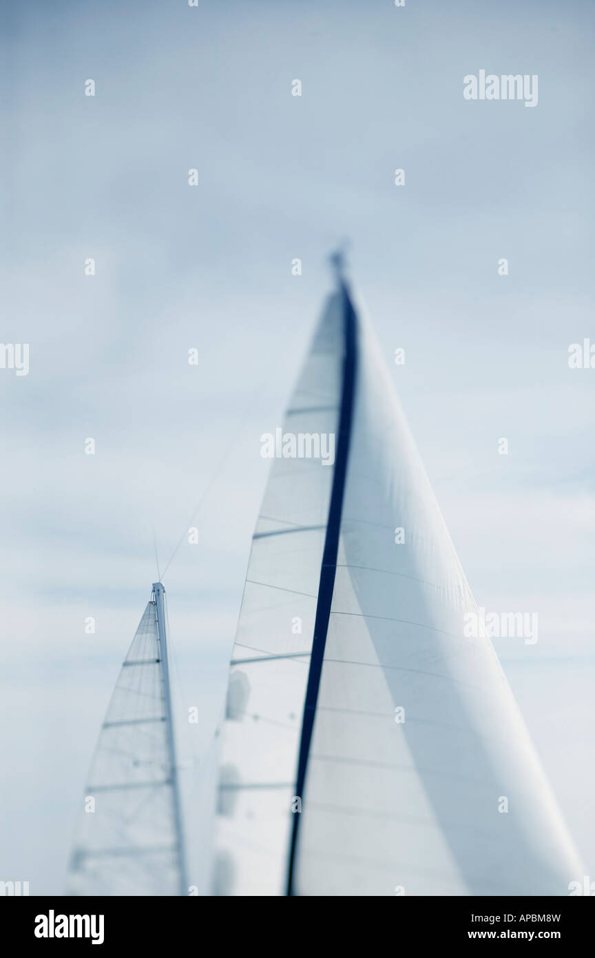 Barca a vela sotto la vela in mare calmo e vento leggero sailing yacht da crociera viaggio verticale journey travel Immagini Stock