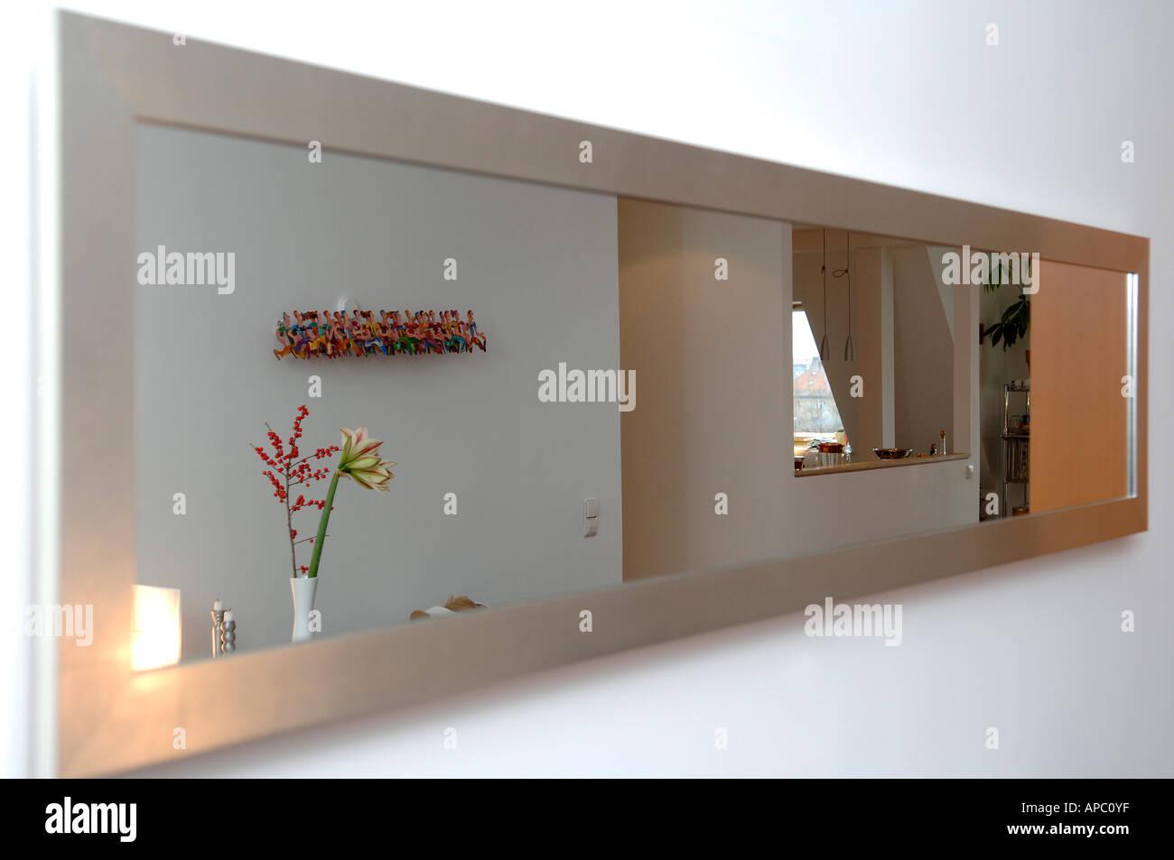 Lungo Il Corridoio In Inglese : Molto lungo specchio nel corridoio foto immagine stock