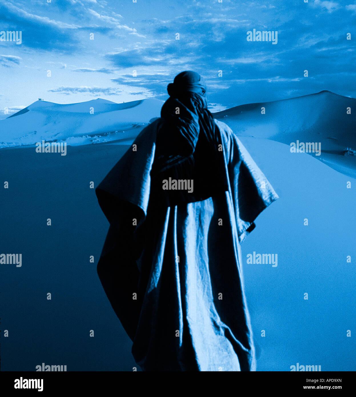 Concetto illustrazione dei nomadi figura maschile vagare da soli nel deserto Immagini Stock