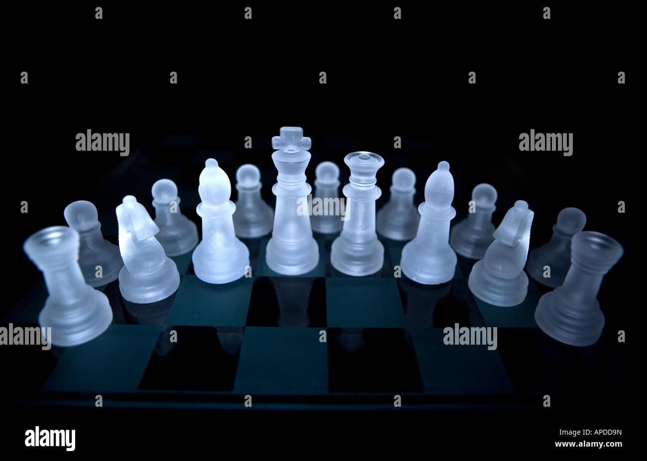 Set di scacchi in bianco e nero sulla tavola scacchi Immagini Stock